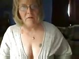 Oma hat spass vor der webcam